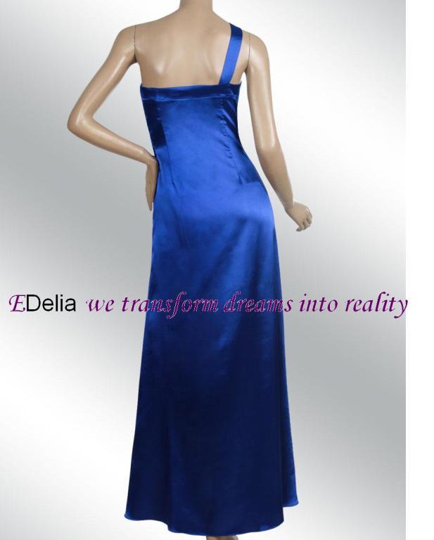 Там находятся наши фирменные бутики, где представлены вечерние платья: боль